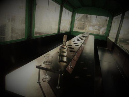 Tisch mit Flaschen & Glashalter